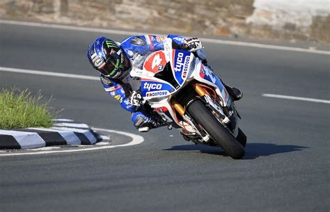 BMW's Hutchy Unofficially Breaks Isle of Man TT Lap Record